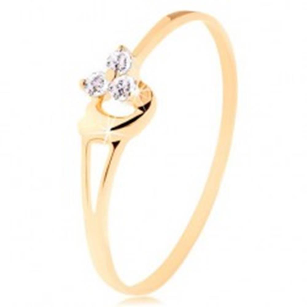 Šperky eshop Prsteň zo žltého 14K zlata - tri diamanty v jemnom ružovom odtieni, srdiečko - Veľkosť: 49 mm