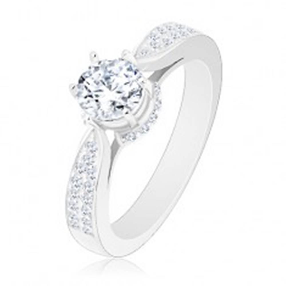 Šperky eshop Zásnubný prsteň, striebro 925, ligotavý okrúhly zirkón, zdobený kotlík a ramená - Veľkosť: 48 mm