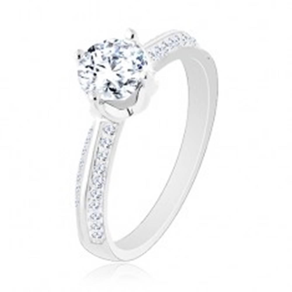 Šperky eshop Zásnubný prsteň zo striebra 925, skosené trblietavé ramená, okrúhly zirkón - Veľkosť: 50 mm