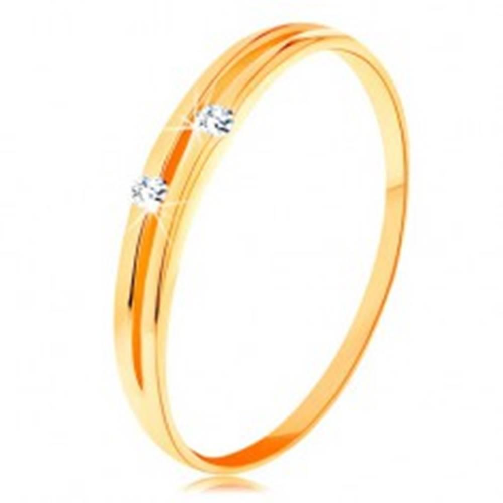 Šperky eshop Zlatý diamantový prsteň 585 - lesklé hladké ramená s úzkym výrezom a briliantmi - Veľkosť: 49 mm