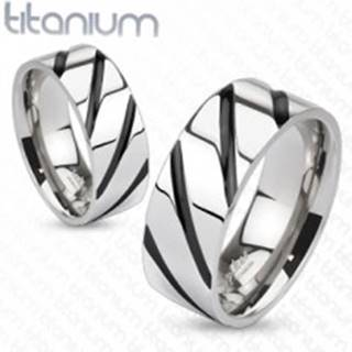 Prsteň z titánu - lesklý  pás v striebornej farbe, čierne šikmé pruhy - Veľkosť: 48 mm