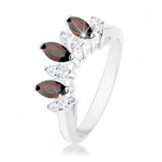 Trblietavý prsteň striebornej farby, číre a tmavočervené zirkónové zrnká - Veľkosť: 53 mm