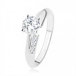 Zásnubný prsteň zo striebra 925, skosené ramená zdobené zirkónmi, číry kamienok - Veľkosť: 49 mm