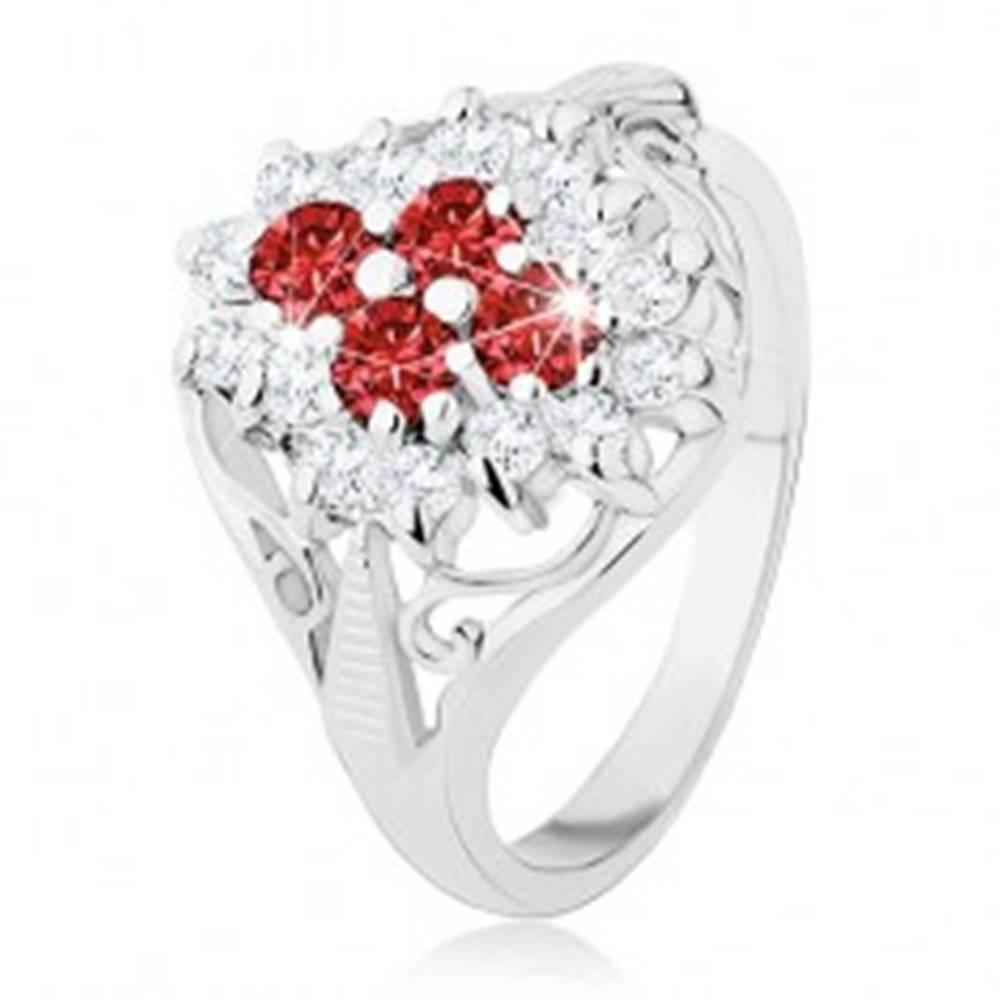 Šperky eshop Lesklý prsteň s rozdelenými ramenami, červeno-číry zirkónový kvet - Veľkosť: 49 mm
