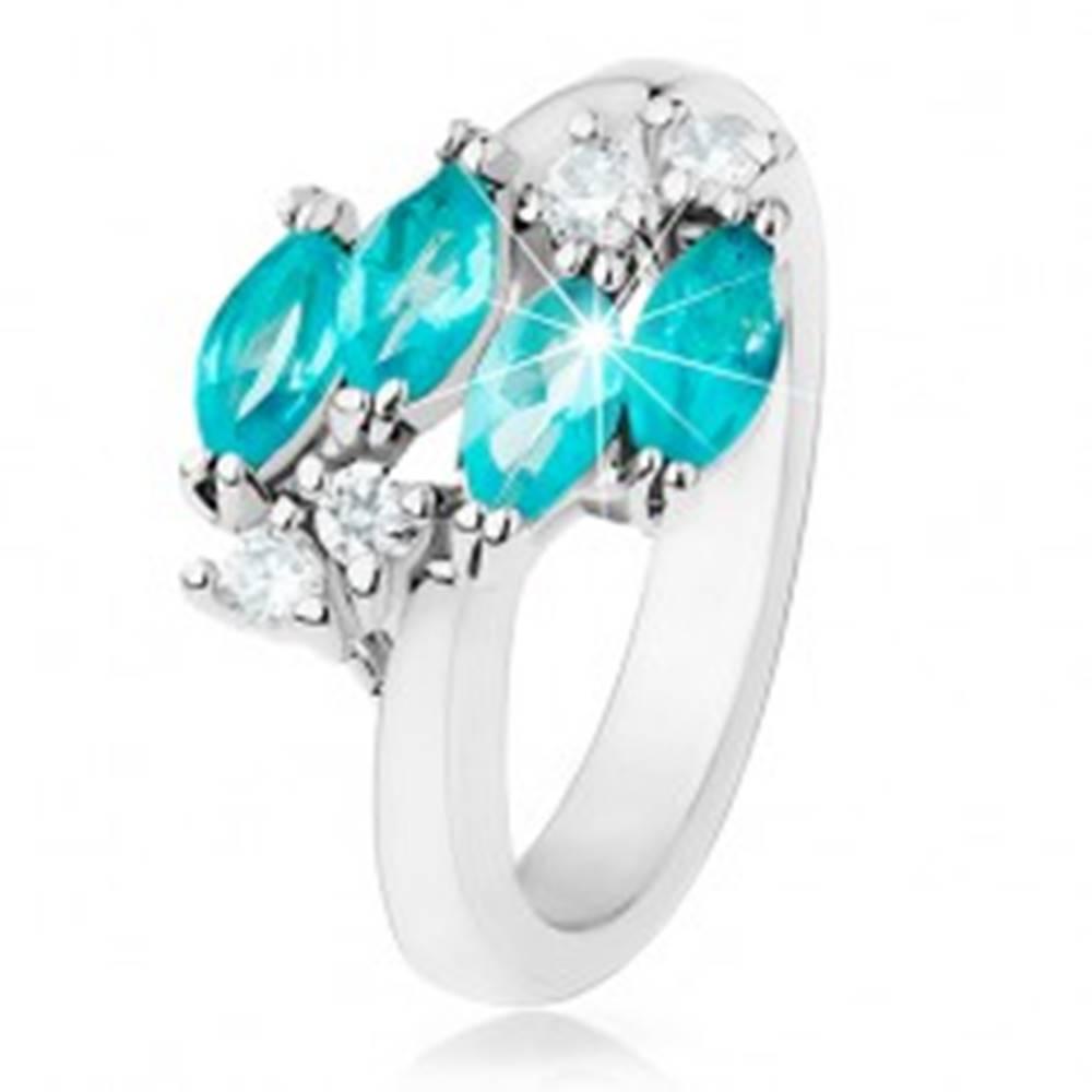 Šperky eshop Lesklý prsteň striebornej farby, modré zirkónové zrnká, číre zirkóniky - Veľkosť: 49 mm