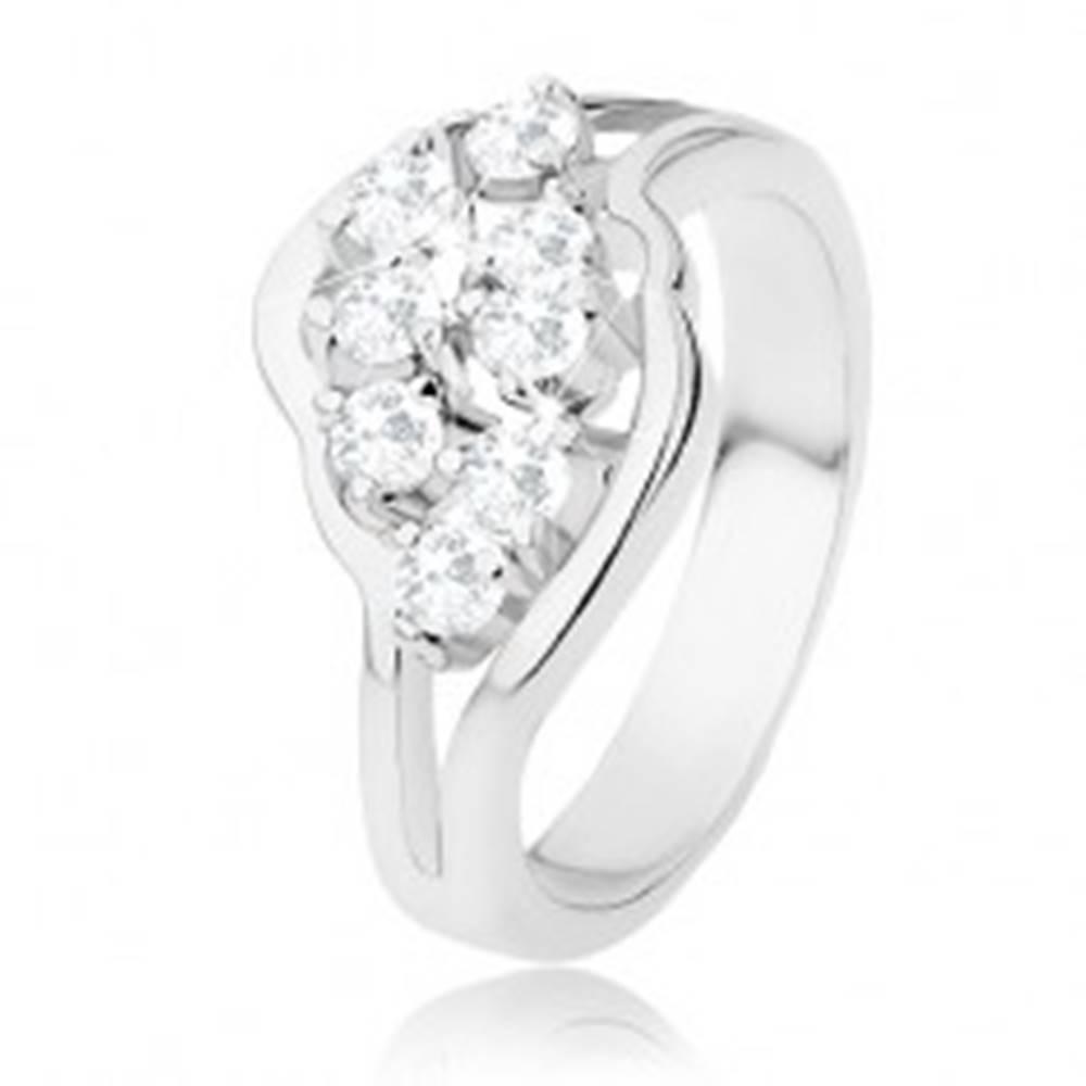Šperky eshop Lesklý prsteň striebornej farby, rozdelené ramená, číre ligotavé zirkóny - Veľkosť: 48 mm