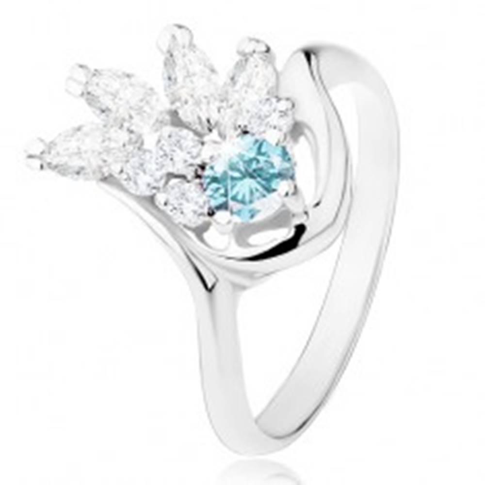 Šperky eshop Lesklý prsteň v striebornom odtieni, číry zirkónový vejár, svetlomodrý zirkón - Veľkosť: 49 mm