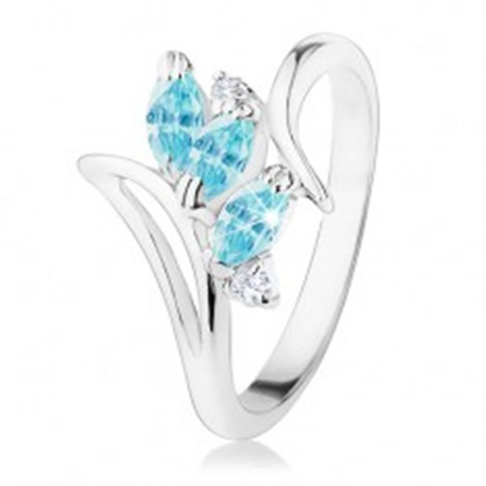 Šperky eshop Ligotavý prsteň so zahnutými ramenami, modré brúsené zrnká, číre zirkóniky - Veľkosť: 50 mm