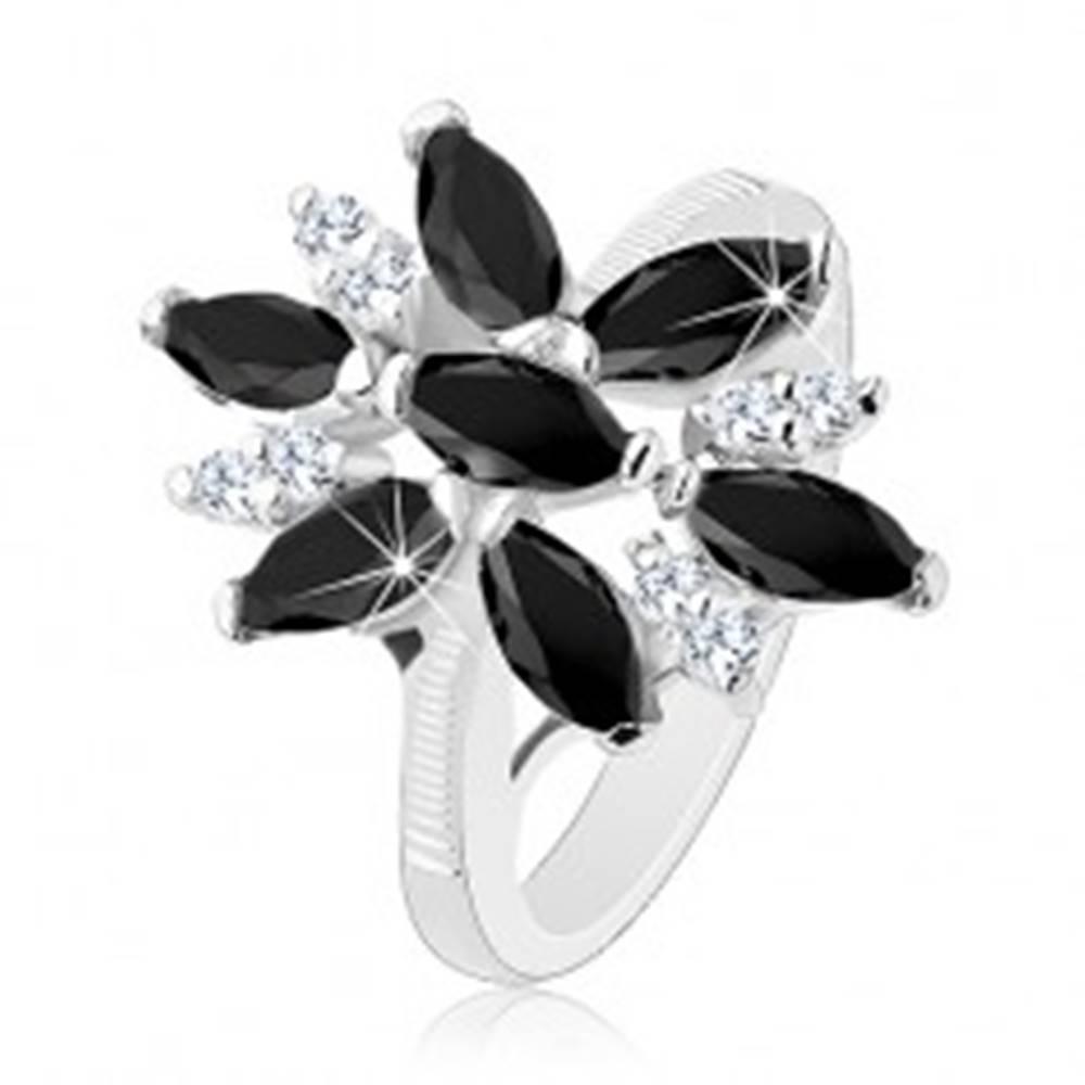 Šperky eshop Ligotavý prsteň striebornej farby, čierno-číry zirkónový kvet, lesklé ramená - Veľkosť: 49 mm