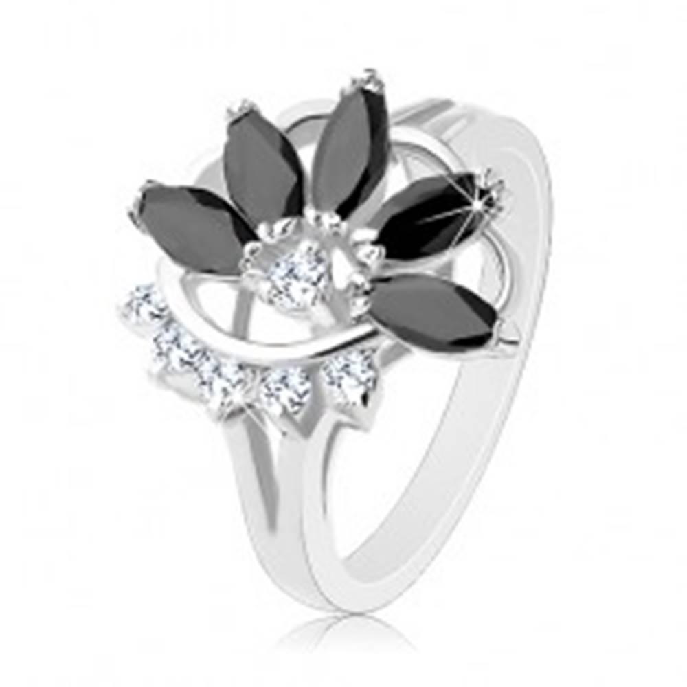 Šperky eshop Ligotavý prsteň v striebornom odtieni, číry zirkónový oblúk, čierny neúplný kvet - Veľkosť: 47 mm