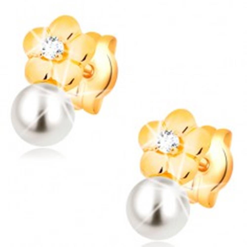 Šperky eshop Náušnice zo žltého 14K zlata, lesklý kvet s čírym diamantom, biela perla