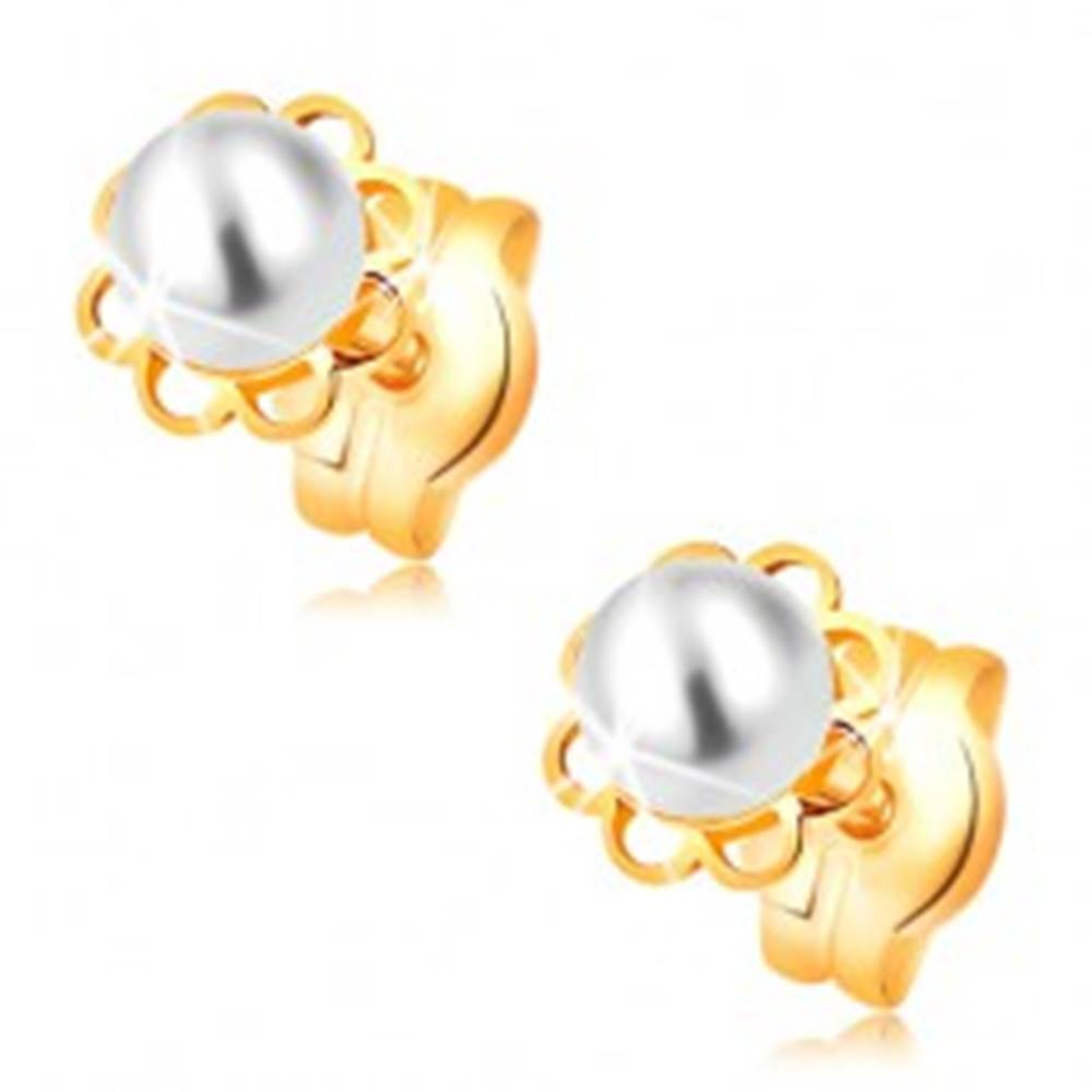 Šperky eshop Náušnice zo žltého 14K zlata - vyrezávaný kvietok, biela perla