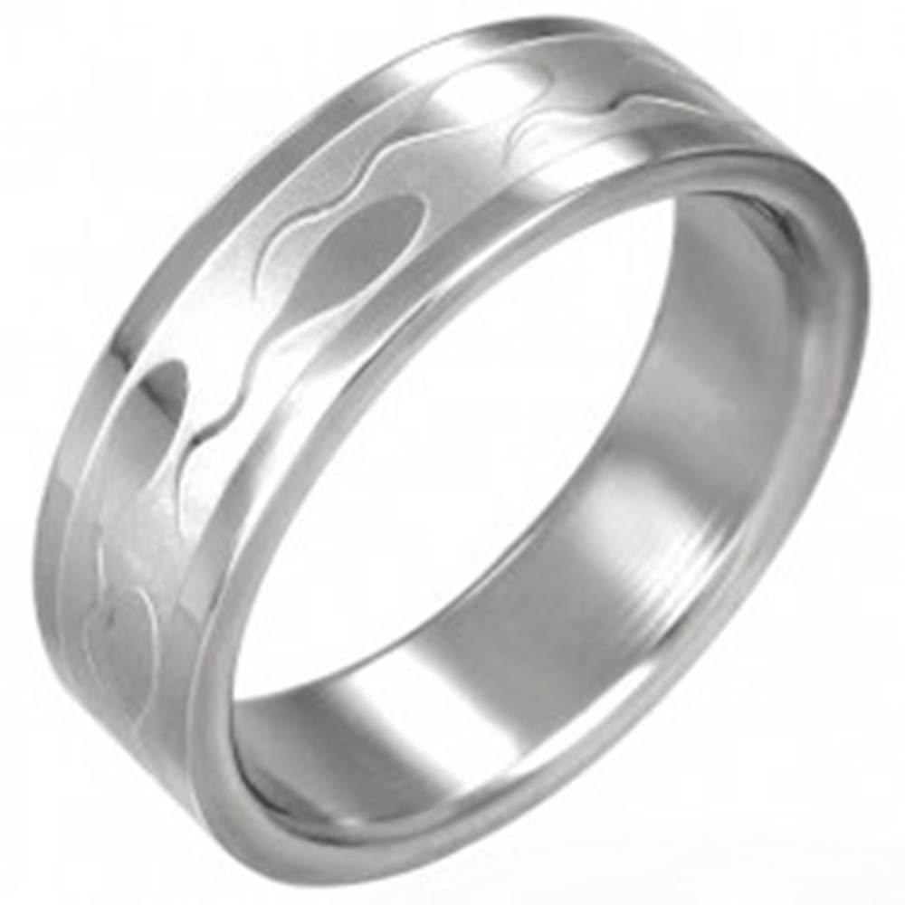 Šperky eshop Oceľový prsteň – lesklý povrch, vyryté motívy žubrienok, 6 mm - Veľkosť: 51 mm