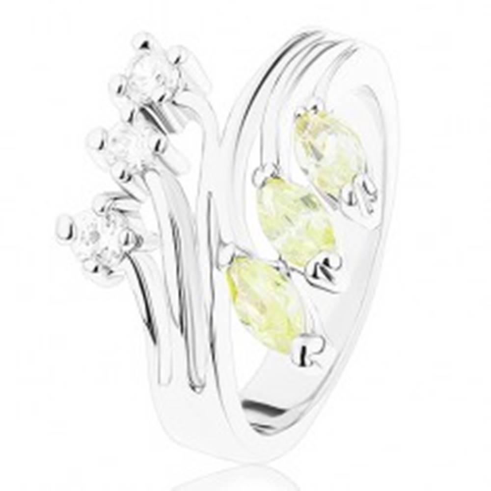Šperky eshop Prsteň s lesklými rozvetvenými ramenami, číre a svetlozelené zirkóny - Veľkosť: 49 mm
