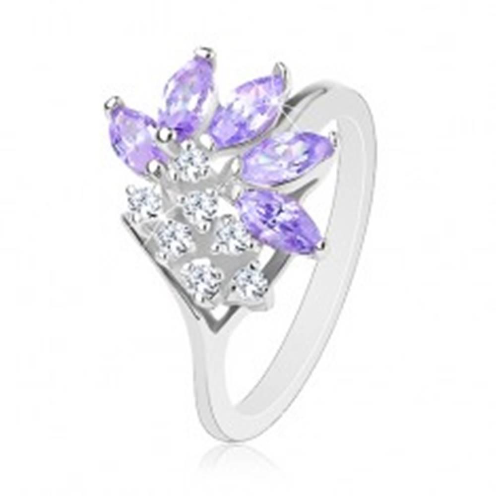 Šperky eshop Prsteň striebornej farby, brúsené svetlofialové zrnká, okrúhle číre zirkóniky - Veľkosť: 51 mm