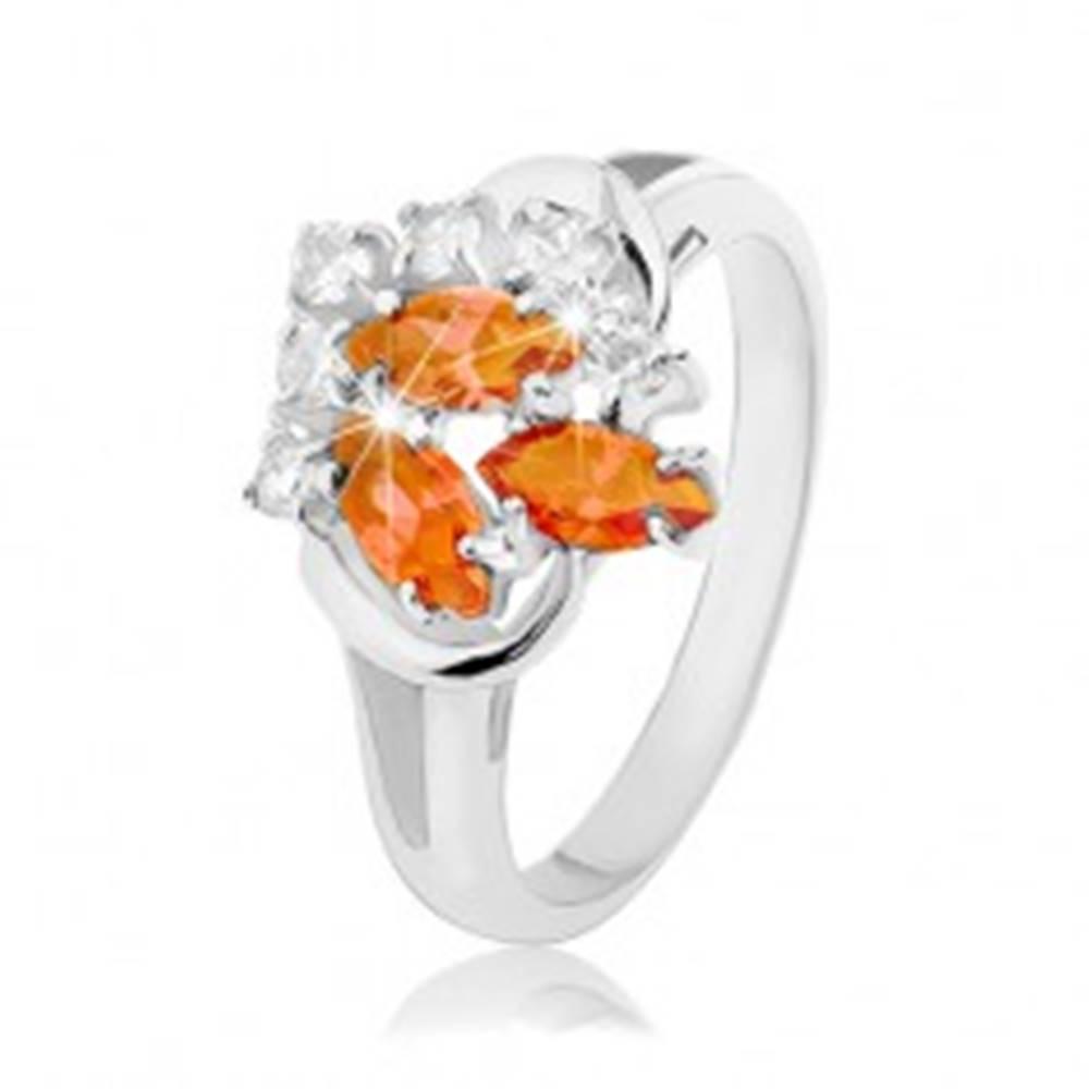 Šperky eshop Prsteň striebornej farby, číre a oranžové zirkóny, lesklé oblúčiky - Veľkosť: 52 mm