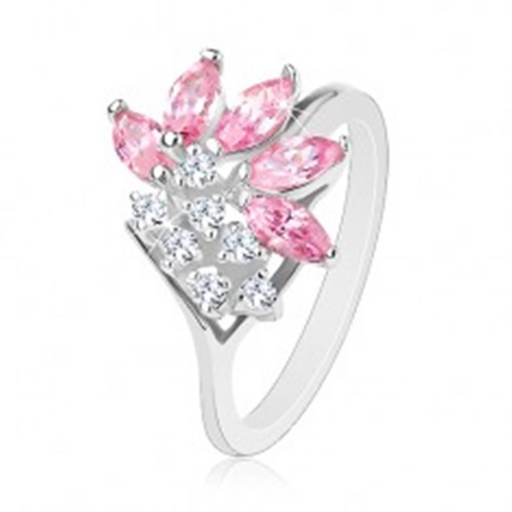 Šperky eshop Prsteň striebornej farby, číre zirkóny, zrnká v ružovom odtieni - Veľkosť: 49 mm