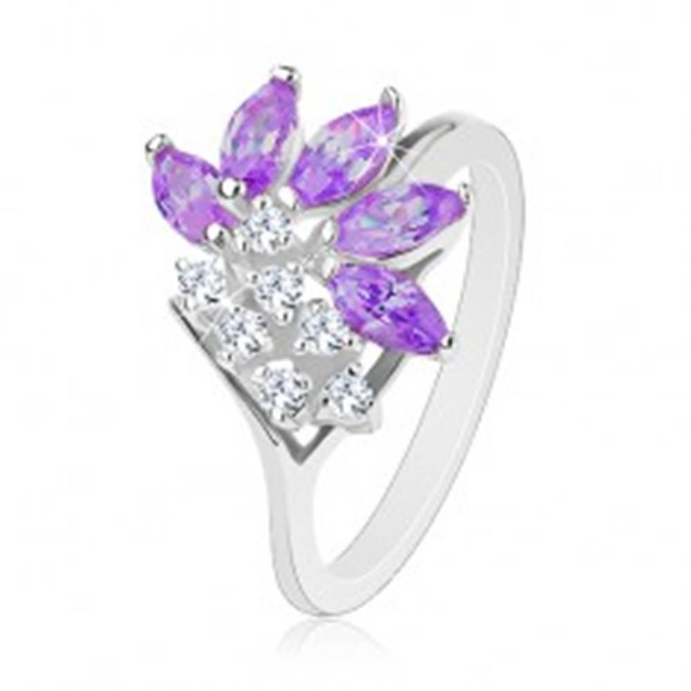 Šperky eshop Prsteň striebornej farby, číre zirkóny, zrnká vo fialovom odtieni - Veľkosť: 49 mm