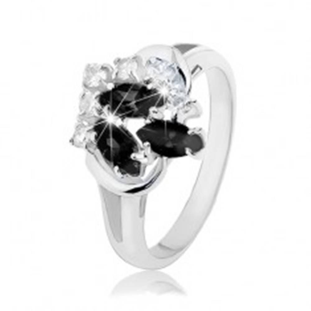 Šperky eshop Prsteň striebornej farby, rozdvojené ramená, čierne zrnká, číre okrúhle zirkóny - Veľkosť: 49 mm