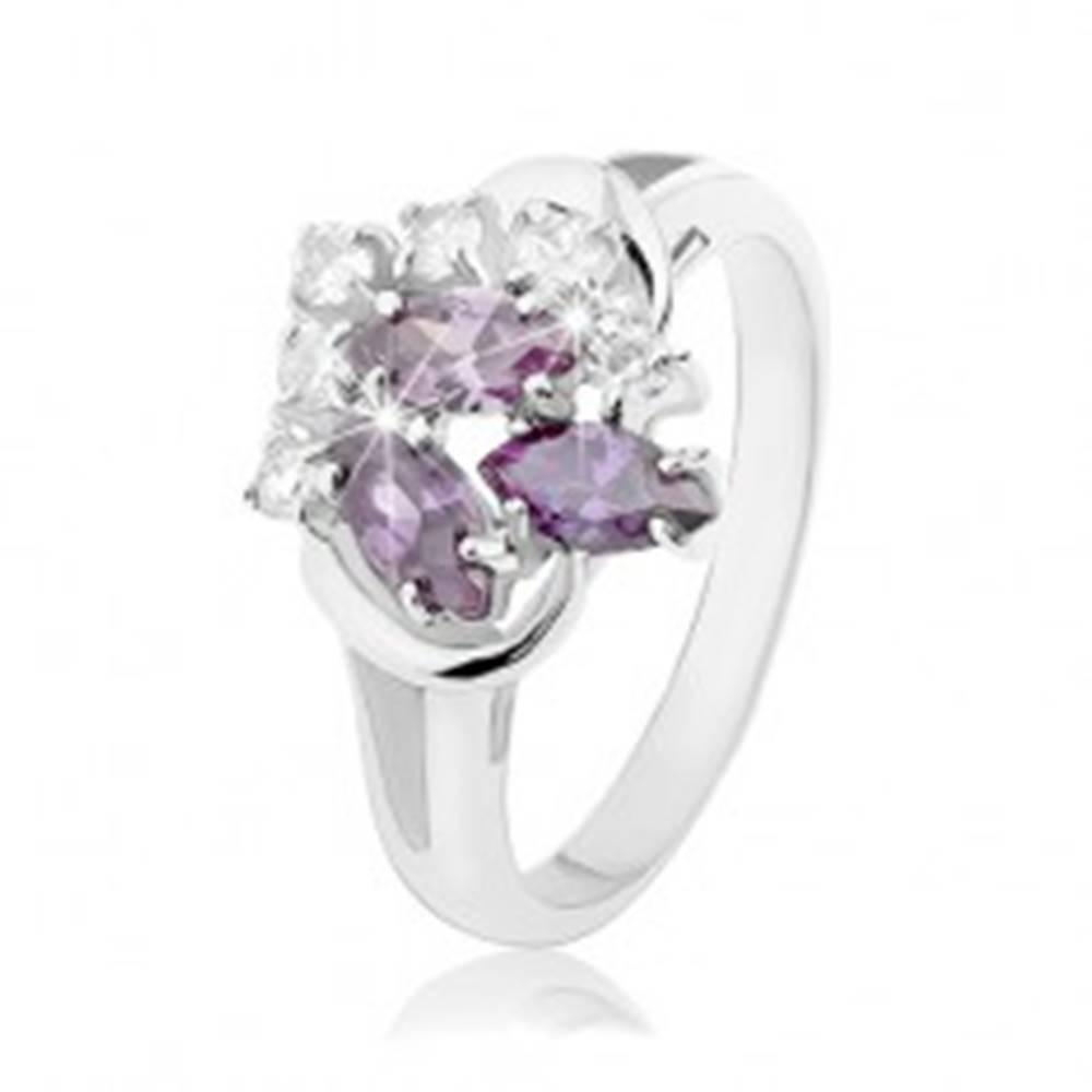 Šperky eshop Prsteň striebornej farby, rozdvojené ramená, fialové zrnká, číre okrúhle zirkóniky - Veľkosť: 49 mm