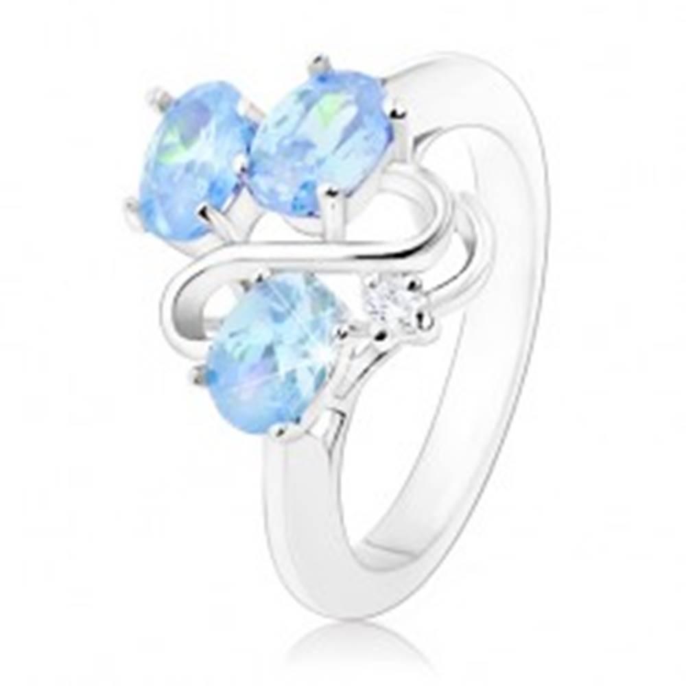 Šperky eshop Prsteň striebornej farby, tri oválne svetlomodré zirkóny, zvlnená línia - Veľkosť: 48 mm