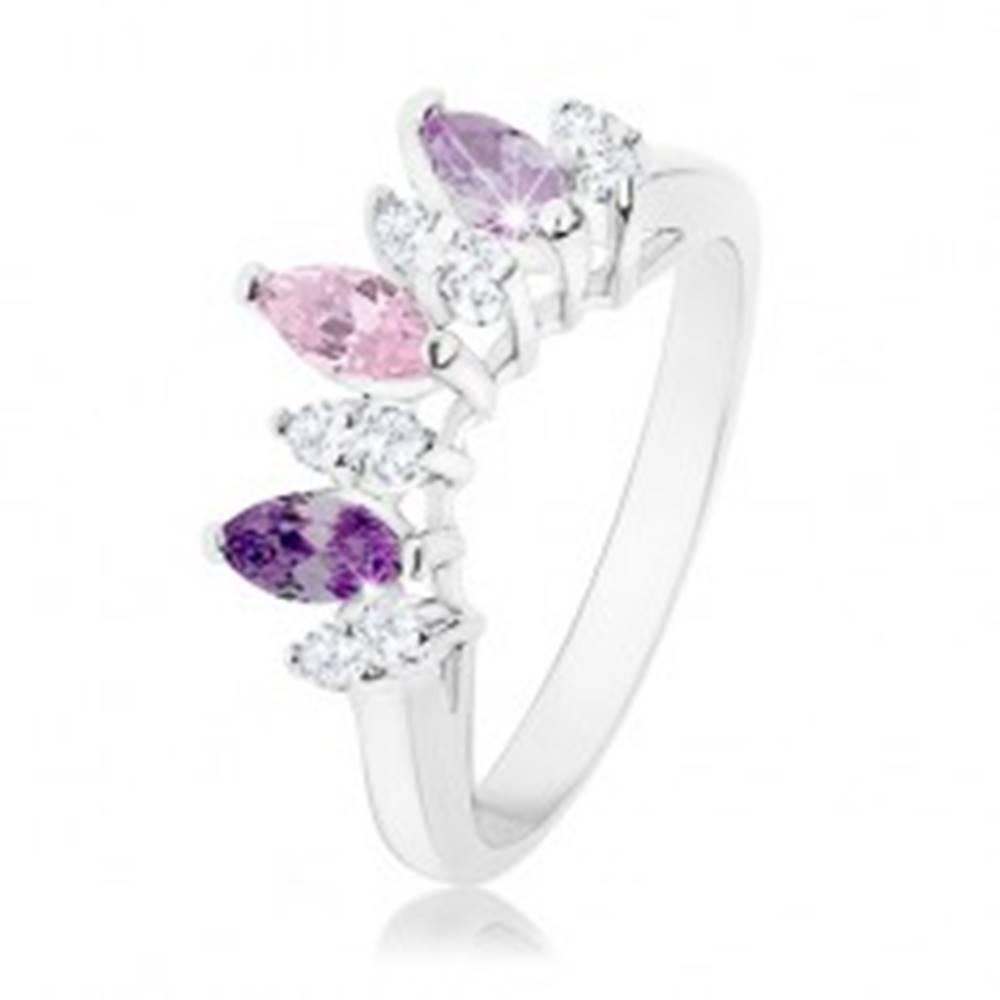 Šperky eshop Prsteň striebornej farby, zrnká v odtieňoch fialovej, ružovej a čírej farby - Veľkosť: 52 mm