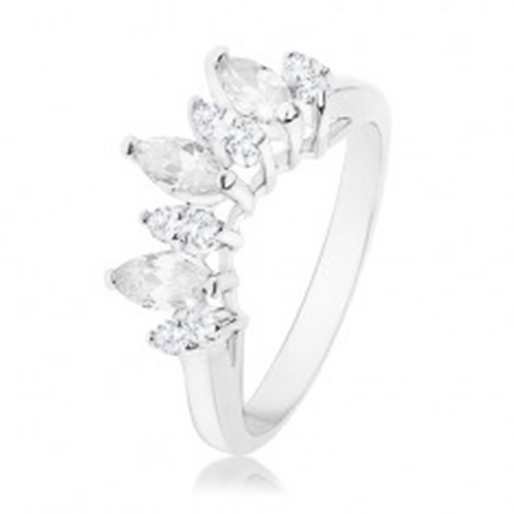Šperky eshop Prsteň v striebornej farbe, číre zirkónové zrnká, lesklé ramená - Veľkosť: 53 mm