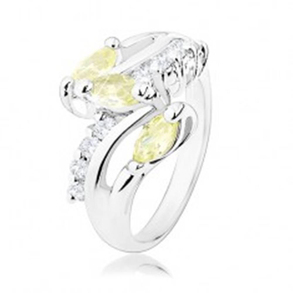 Šperky eshop Prsteň v striebornom odtieni, číre zirkónové línie, žltozelené zrnká - Veľkosť: 51 mm