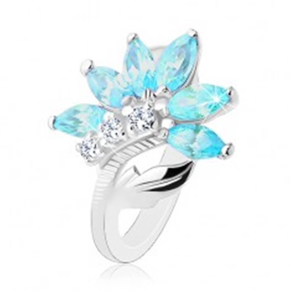 Šperky eshop Prsteň v striebornom odtieni, kvet z čírych a modrých zirkónov, lesklý list - Veľkosť: 48 mm
