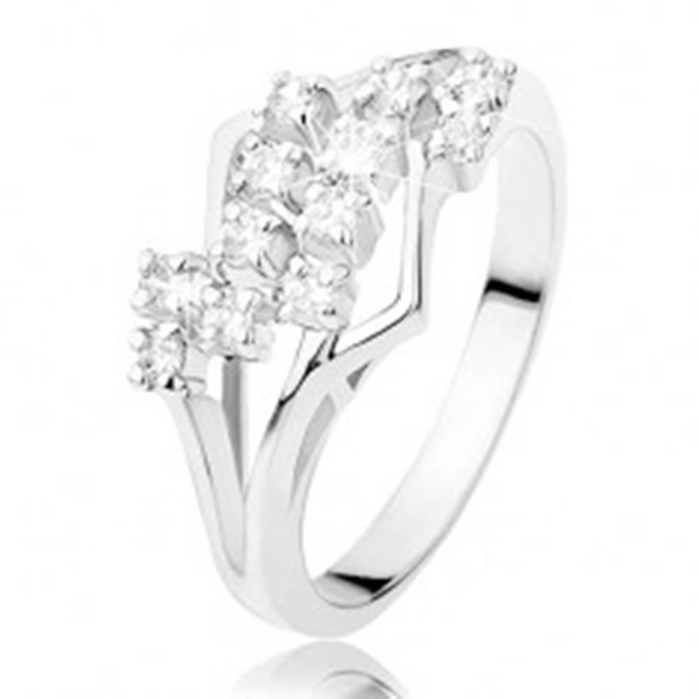 Šperky eshop Prsteň v striebornom odtieni, rozdelené ramená, cik-cak línia čírych zirkónov - Veľkosť: 49 mm