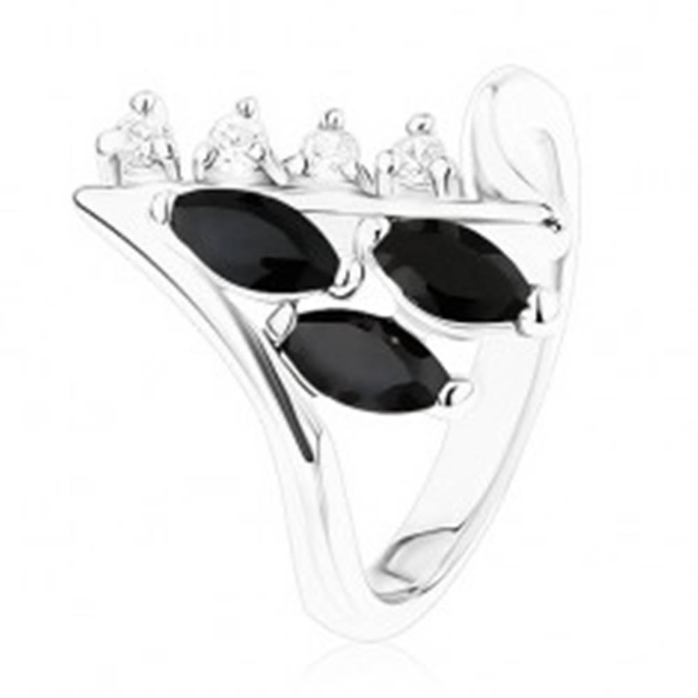 Šperky eshop Prsteň v striebornom odtieni, zahnuté konce ramien, číre a čierne zirkóny - Veľkosť: 49 mm