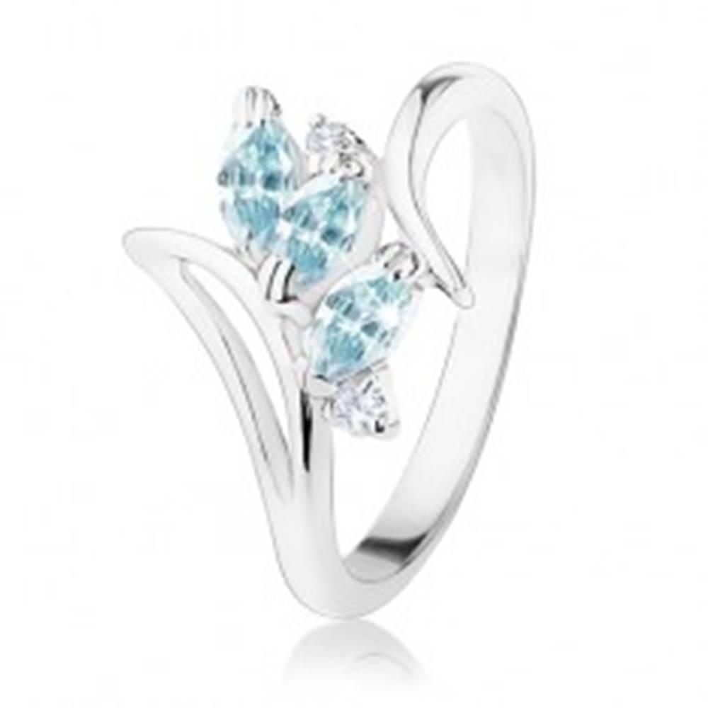 Šperky eshop Prsteň v striebornom odtieni, zahnuté ramená, svetlomodré a číre zirkóny - Veľkosť: 49 mm