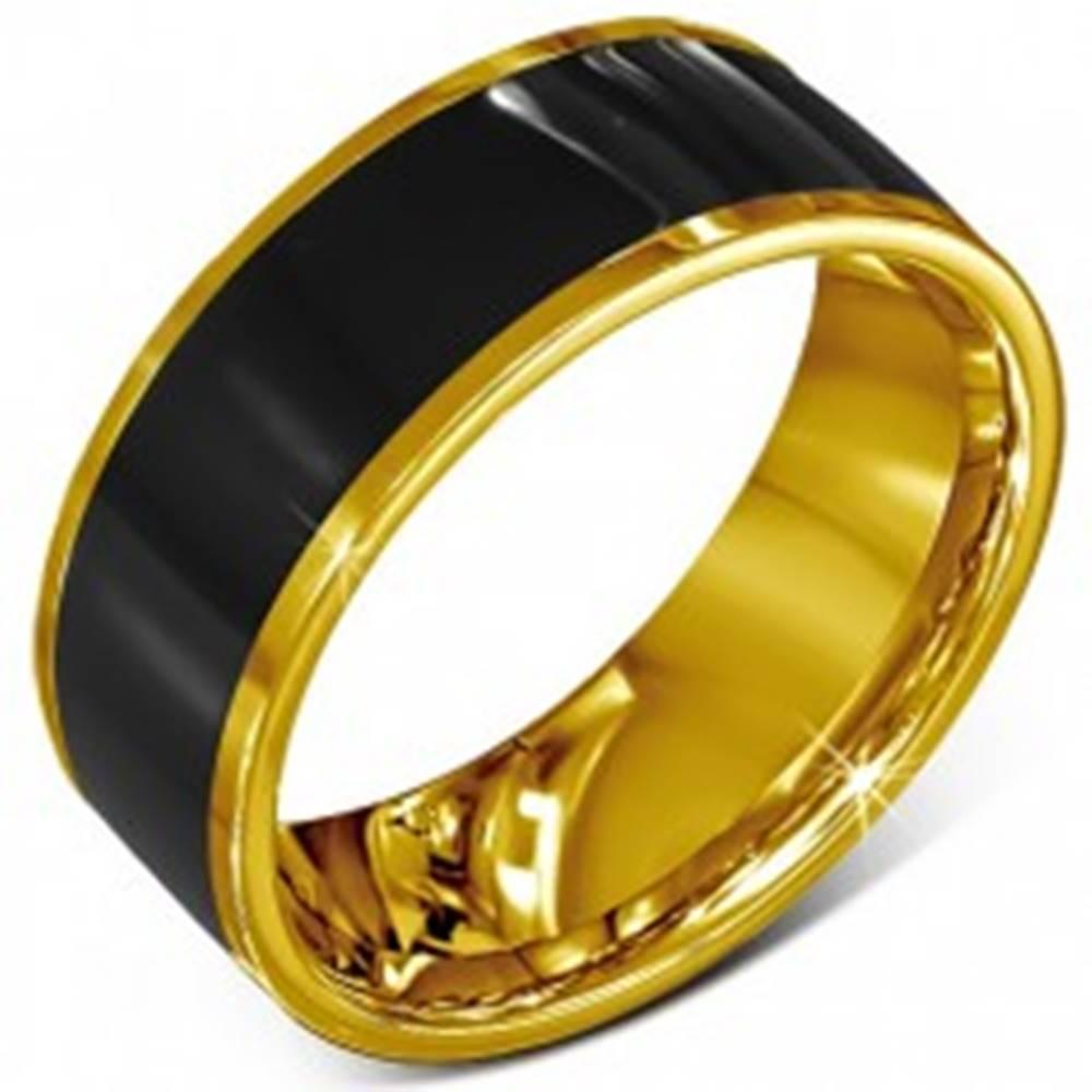 Šperky eshop Prsteň z chirurgickej ocele - hladká čierna obrúčka, lem zlatej farby - Veľkosť: 52 mm