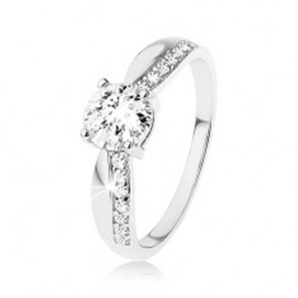 Šperky eshop Strieborný prsteň 925, výrazný brúsený zirkón, zúžené ramená, línia zirkónov - Veľkosť: 49 mm