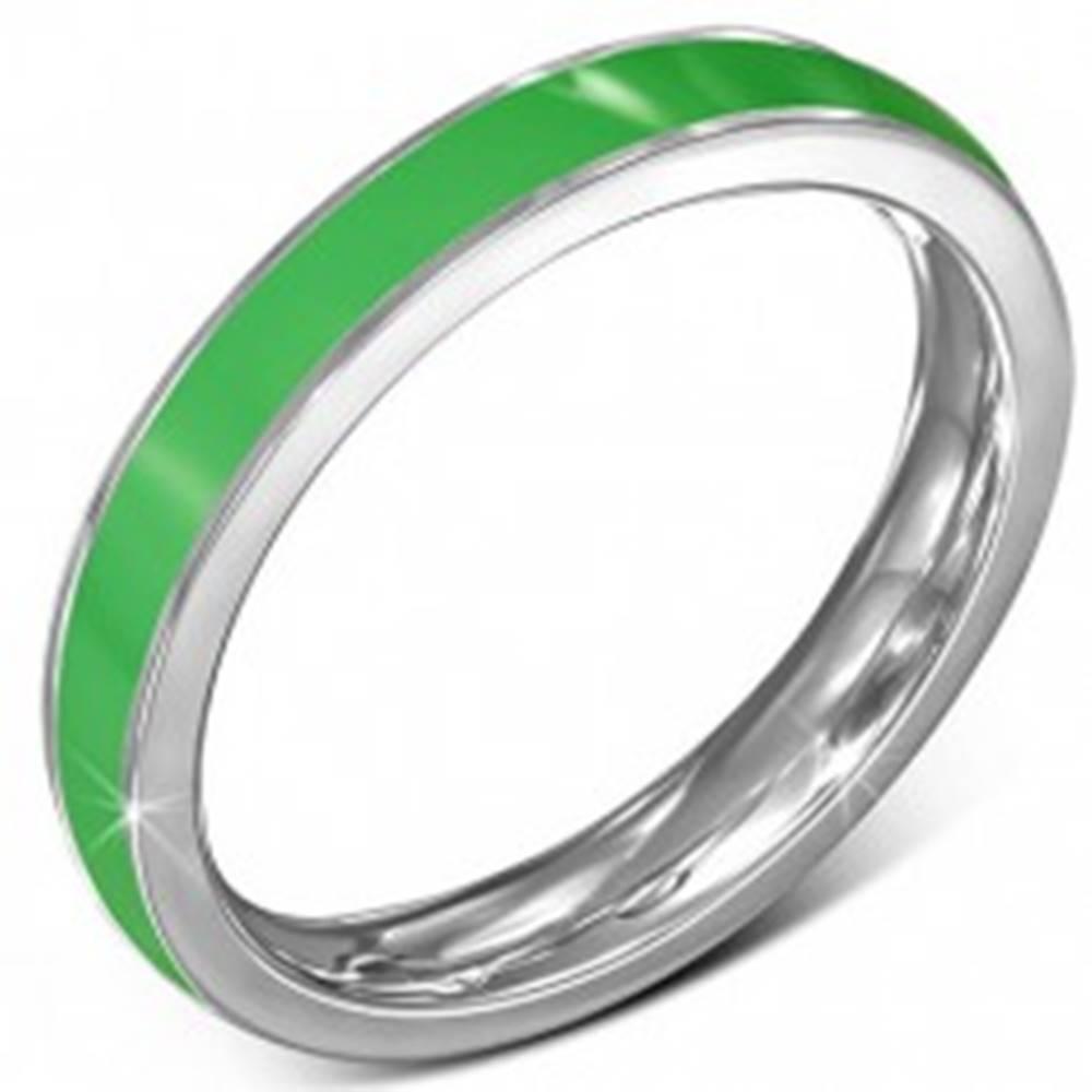Šperky eshop Tenký oceľový prsteň - obrúčka, zelený pruh, okraj striebornej farby - Veľkosť: 51 mm