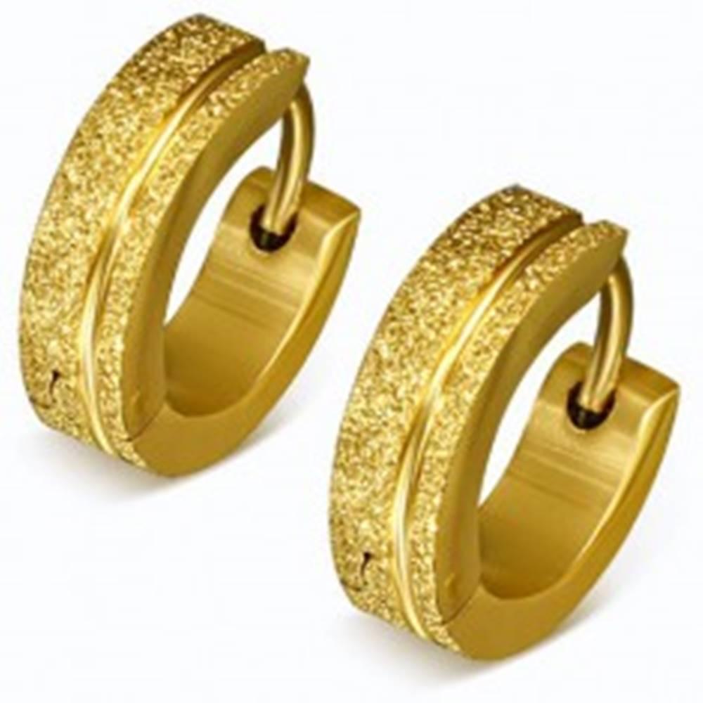 Šperky eshop Trblietavé oceľové náušnice v zlatej farbe, pieskované krúžky, pásik