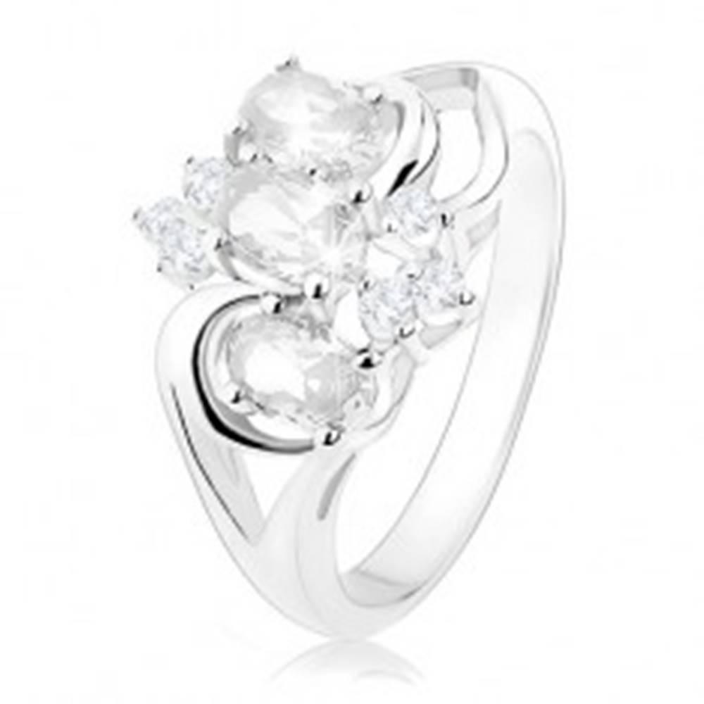 Šperky eshop Trblietavý prsteň striebornej farby, rozdelené ramená, číre zirkónové ovály - Veľkosť: 49 mm