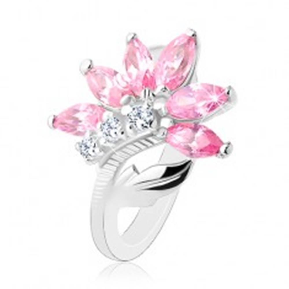 Šperky eshop Trblietavý prsteň striebornej farby, ružovo-číry zirkónový kvet, lesklý list - Veľkosť: 48 mm