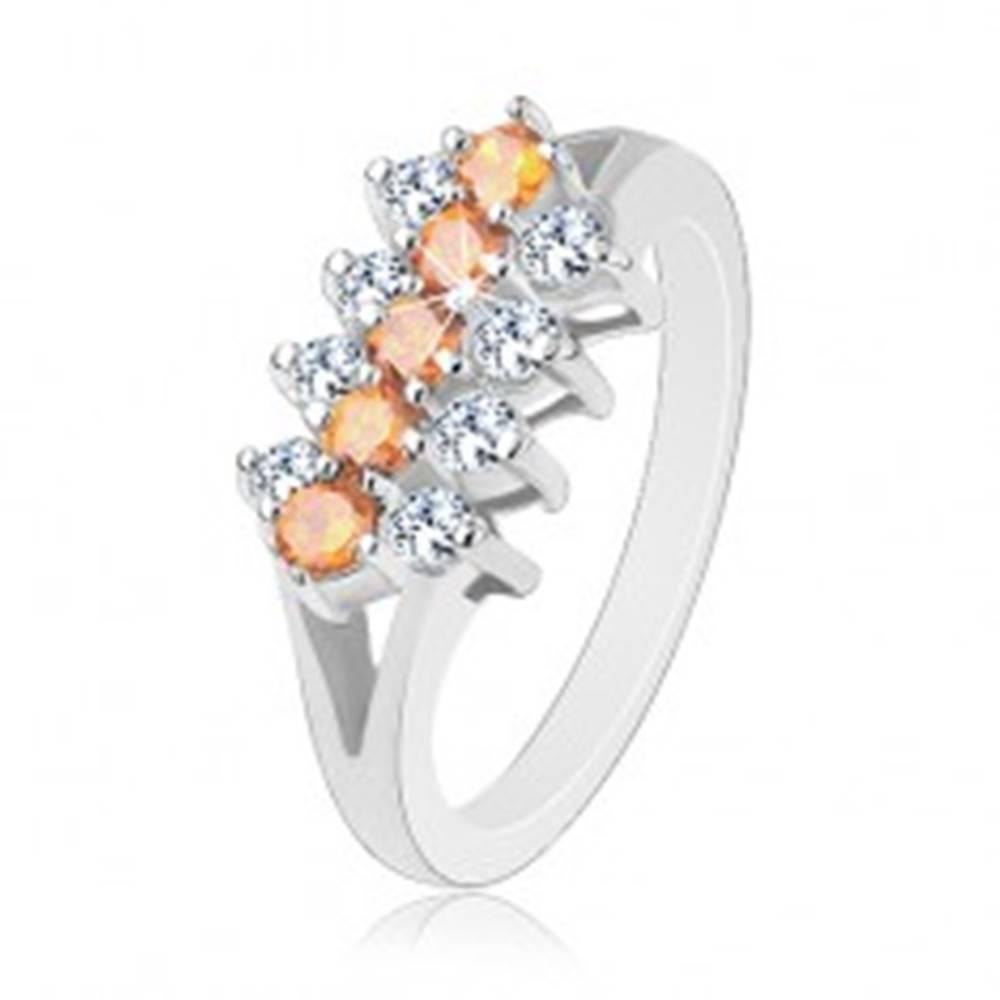Šperky eshop Trblietavý prsteň zdobený zirkónovými líniami čírej a svetlooranžovej farby - Veľkosť: 48 mm