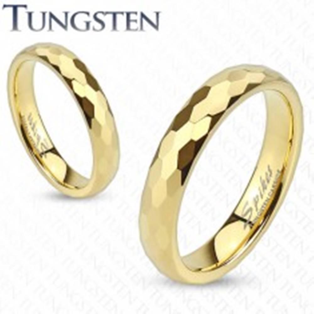 Šperky eshop Wolfrámový prsteň - obrúčka zlatej farby s brúsením do šesťhranov - Veľkosť: 46 mm