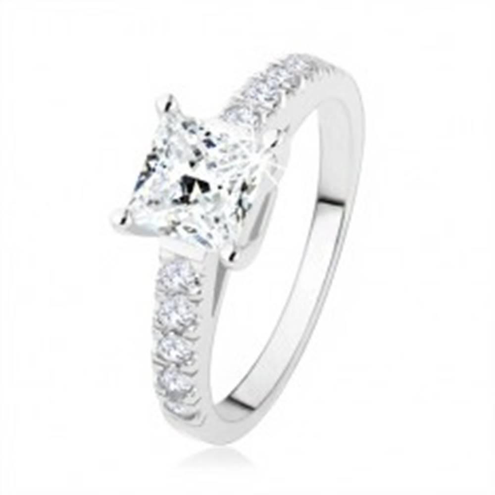 Šperky eshop Zásnubný prsteň zo striebra 925, číry zirkónový štvorec, ramená s kamienkami - Veľkosť: 49 mm