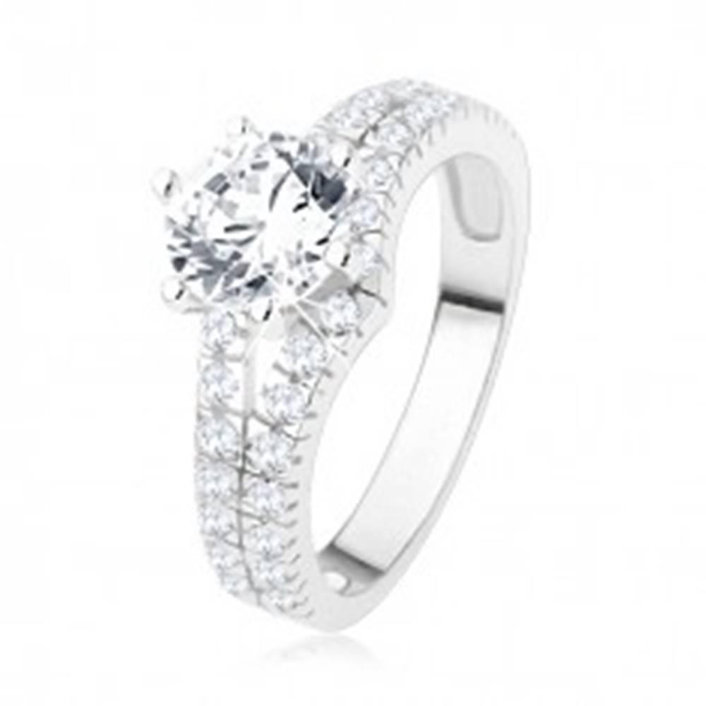 Šperky eshop Zásnubný prsteň zo striebra 925 - veľký číry kamienok, rozdvojené zirkónové ramená - Veľkosť: 49 mm