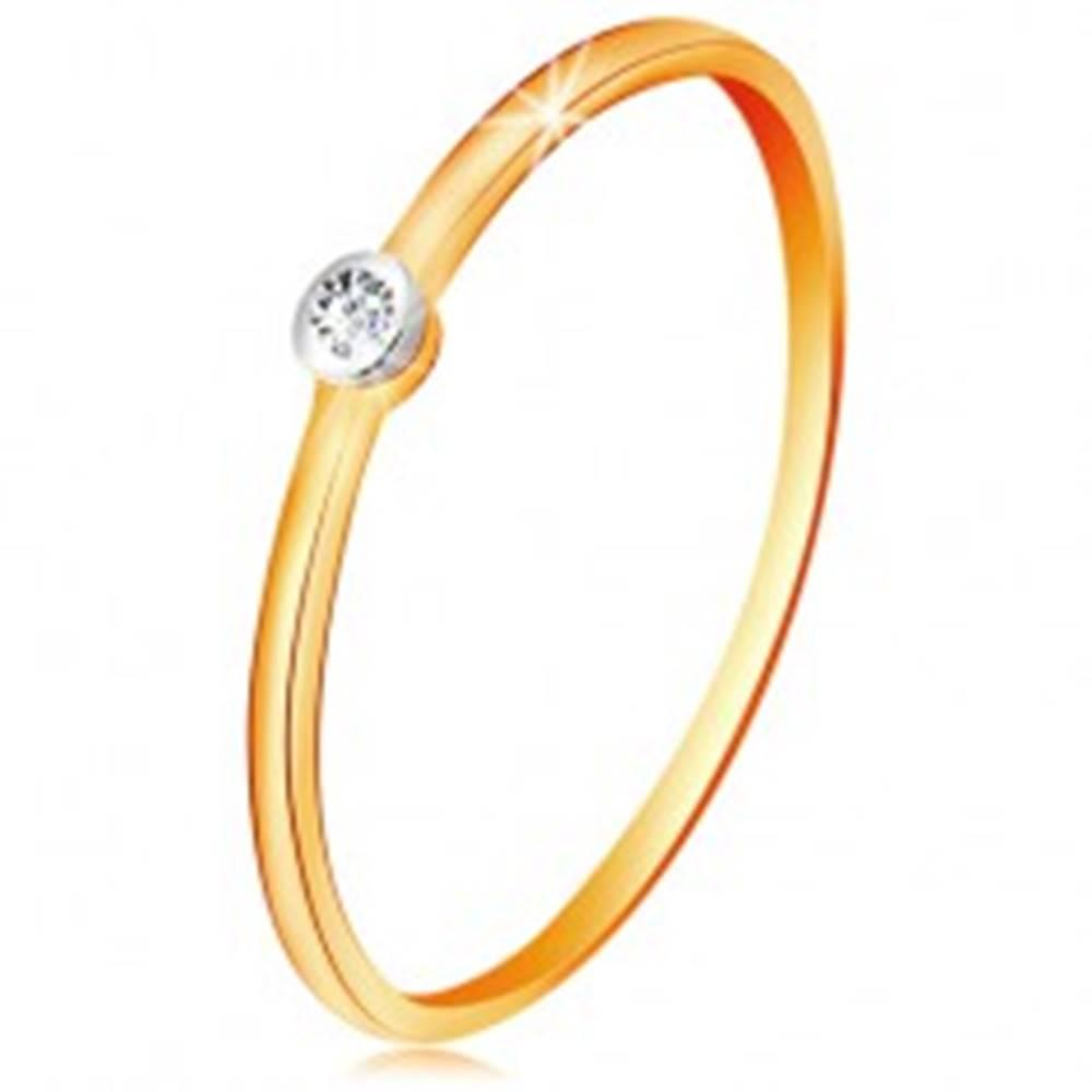 Šperky eshop Zlatý dvojfarebný prsteň 585 - číry zirkón v okrúhlej objímke, tenké ramená - Veľkosť: 48 mm