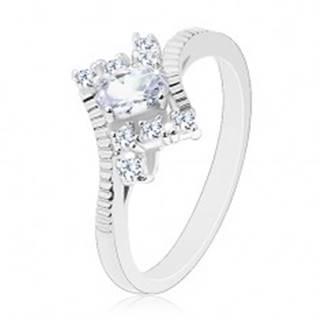 Lesklý prsteň striebornej farby, vrúbky na ramenách, číry zirkónový ovál - Veľkosť: 49 mm