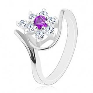 Prsteň v striebornej farbe, asymetrické ramená, fialovo-číry zirkónový kvet - Veľkosť: 49 mm