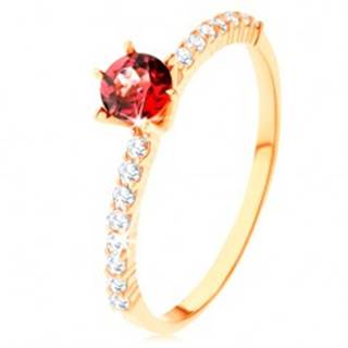 Prsteň zo žltého 14K zlata - vyvýšený červený granát, číre zirkónové línie - Veľkosť: 49 mm