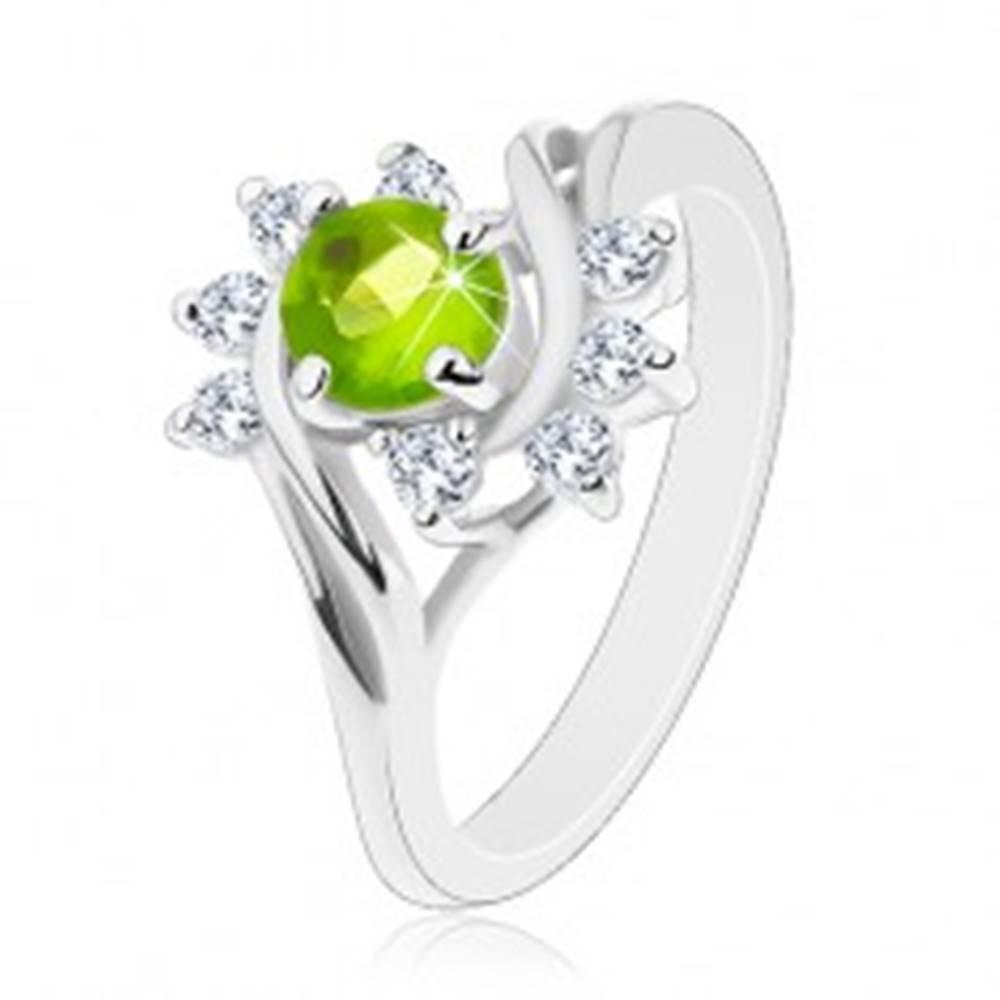 Šperky eshop Lesklý prsteň so striebornou farbou, oblúky čírych zirkónov, svetlozelený zirkón - Veľkosť: 49 mm