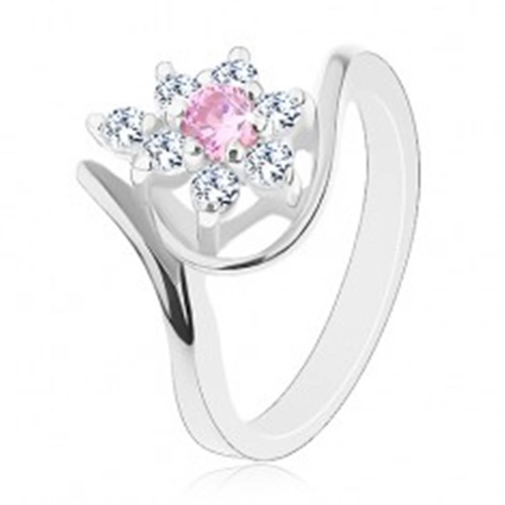 Šperky eshop Lesklý prsteň v striebornom odtieni, zahnuté ramená, ružovo-číry kvietok - Veľkosť: 49 mm