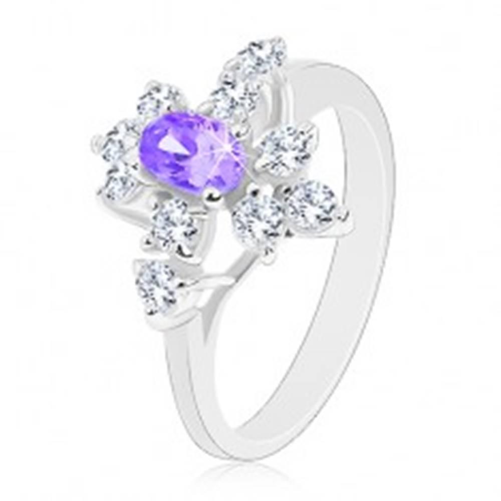 Šperky eshop Ligotavý prsteň, strieborný odtieň, fialový zirkónový ovál, číre zirkóniky - Veľkosť: 52 mm