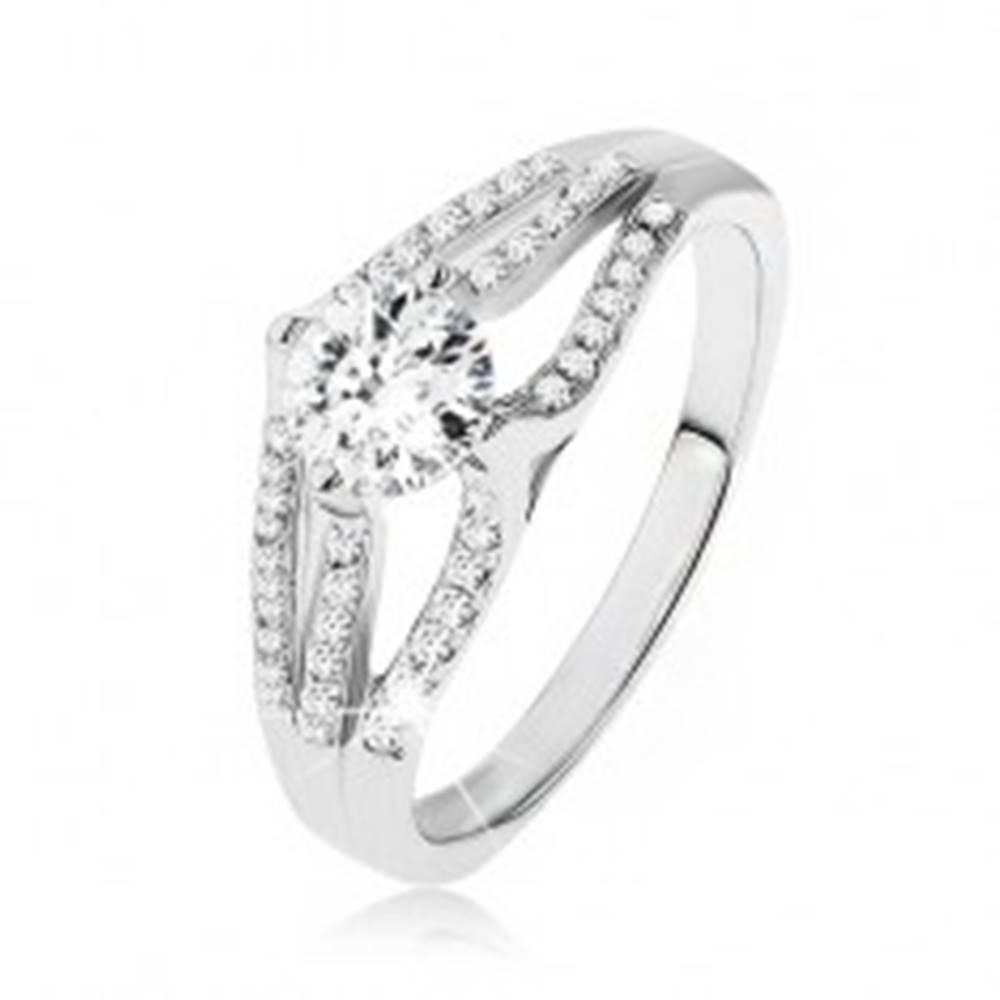 Šperky eshop Ligotavý prsteň - striebro 925, veľký okrúhly zirkón, tri pruhy čírych kamienkov - Veľkosť: 48 mm